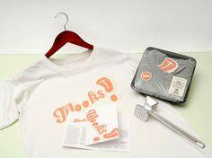 Lorsqu'on parle de vêtement, on parle de styles, de marques, de prix... Rarement de packaging. En voici donc un original et pour le moins inattendu puisque le t-shirt est emballé dans un traditionnel pack de viande. Ainsi on le distingue rapidement parmi d'autre t-shirt, mais en plus on en entend parler.
