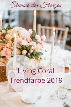 Die Hochzeitsfarbe 2019 ist Living Coral. Ein Farbton aus Koralle unterlegt mit einem Goldton. Die Trendfarbe passt hervorragend in Kombination mit Blau, Mint und Rosa zu eurer Deko. Lest mehr in meinem Blogbeitrag und lasst euch inspirieren. #hochzeit #freietrauung #hochzeitsfarbe #trendfarbe Apricot Wedding, Save The Date Karten, Live Coral, Trends, Color Of The Year, Coral Color, Wedding Inspiration, Table Decorations, Pink