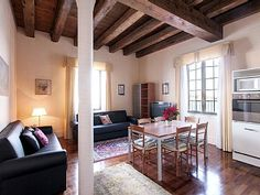 VRBO.com #1987412ha - Elegant Apartment for 6 Overlooking the Canal in the Characteristic Giudecca