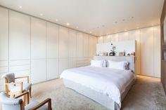 schlafzimmer-modern gestalten einbauschränke weiß teppichboden einbauleuchten decke