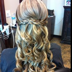 Inspiring wedding hairstyles and more at www.brides-book.com.Sign up for a free…
