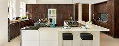 cocina moderna con isla y armarios grande de madera oscura
