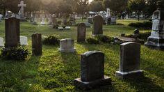 Sintieron intenso olor a carne en el cementerio: Inspeccionaron el lugar y descubrieron algo terrible: Un sorprendente e indignante hecho…