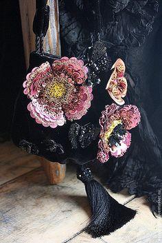 Бархатная сумочка с цветами и бабочками. К ней в комплект, колечко с бабочкой.Бархатная сумочка с антикварным фермуаромСумочка из антикварного шелкового бархатаСумочка - подвеска и серьги в комплект И…