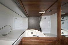 Bad des Impuls - Reisemobil mit separater Dusche und Duschtür als Schiebetür