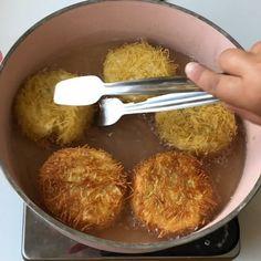 """5,224 Beğenme, 111 Yorum - Instagram'da Özlem ÖZTÜRK (@sutlumutfak): """"İDDAA EDİYORUM BİR TANE ASLA YETMEYECEK💃🏼💃🏼 @sokmarketler 'den aldığım taze yaz sebzeleriyle şahane…"""" Portuguese Recipes, Turkish Recipes, Just Pies, 2 Ingredient Recipes, Vegetarian Recipes, Cooking Recipes, Potato Dishes, Iftar, Appetisers"""