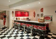 Une cuisine style diner des années soixante bien arrangé