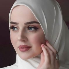 Image may contain: one or more people and closeup Muslimah Wedding Dress, Muslim Wedding Dresses, Dress Muslimah, Muslim Brides, Wedding Hijab, Arab Girls Hijab, Girl Hijab, Hijabi Girl, Muslim Girls