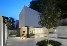 A Battersea, a Sud di Londra, un'abitazione contemporanea affacciata su un cortile in cemento bianco