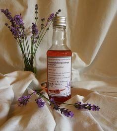Levandulový sirup se skořicí (500 ml) Sirup z levandulového květu má tlumivý účinek na nervy, snižuje krevní tlak, působí trochu močopudně, tiší menstruační bolesti, stimuluje slinivku břišní a má blahodárný vliv na činnost střev i žaludku. Květ levandule je pro své zklidňující účinky přidáván také do směsí bylinek užívaných při bolestech hlavy, ... Lavender, Wine, Drinks, Bottle, Food, Drinking, Beverages, Flask, Essen