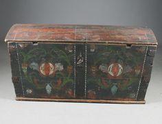 Rosemalt kiste med eierinitialer og datering 18?5. L: 111 cm. Noe slitt.