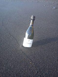 -Millésime 2005: 90% Pinot Noir; 10% Chardonnay. Selección de la mejores viñas, con inclusión de clon de Pinot d'Aÿ. Pinot Noir, Vodka Bottle, Drinks, Drinking, Beverages, Drink, Beverage, Cocktails