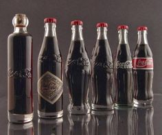 Funny pictures about The evolution of the Coca-Cola bottle. Oh, and cool pics about The evolution of the Coca-Cola bottle. Also, The evolution of the Coca-Cola bottle photos. Coca Cola Vintage, Garrafa Coca Cola, Coca Cola History, Always Coca Cola, Coca Cola Bottles, Coke Cans, Iconic Photos, Rare Photos, Rare Pictures