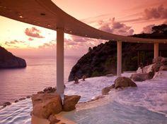Hotel Hacienda Na Xamena, España. Situado en la cima de un acantilado, a 180 metros del mar, su piscina tiene una vista panorámica del parque ecológico que rodea el hotel.