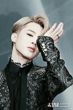 This photo of BTS member Jimin looking like Victor from Yuri on Ice ♥ Bts Jimin, Bts Bangtan Boy, Bts Boys, Jimin Hot, Jimin 2017, Park Ji Min, Billboard Music Awards, Yoonmin, Jikook