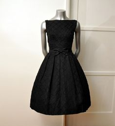 Beautiful! :3  1950 little black dress