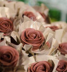 """Sabe as tão desejadas rosas de chocolate que reinam nas mesas de doces em muitos casamentos? O YW foi confirmar a origem com quem as criou. """"Acho divertido porque as noivas chegam aqui e de cara dizem que querem as rosas Pati Piva."""""""
