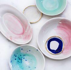 Выбирая посуду для дома, хочется, чтобы она была уникальной и не встретилась в гостях у друзей. Вы точно не прогадаете, если закажете замысловатую посуду ручной работы, которую не найти в магазинах в России. Именно о таком производителе мы хотим рассказать! Suite One Studio— это очень красивые и современные тарелки, плошки, чашки, блюда и т. п., …