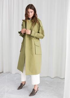 Double breasted oversized trenchcoat with a duo d-ring waistbelt and flap pockets.Utilitarian styleLength of trenchcoat: / (size wears: EU UK US 4 / Small Model height: / This style runs large, for a fitted silhouette please size down. Curvy Fashion, Modest Fashion, Women's Fashion Dresses, Womens Fashion, Adrette Outfits, Preppy Outfits, Coats 2018, Corporate Wear, Woman Clothing