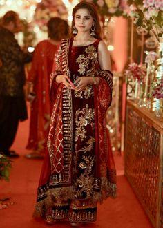 Pakistani Party Wear Dresses, Shadi Dresses, Pakistani Wedding Outfits, Designer Party Wear Dresses, Indian Bridal Outfits, Pakistani Dress Design, Indian Designer Outfits, Pakistani Designer Clothes, Mehendi Outfits