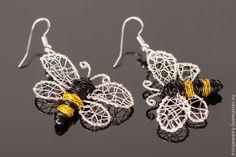 Wire Jewelry Designs, Jewelry Crafts, Wire Wrapped Jewelry, Beaded Jewelry, Bumble Bee Jewelry, Wire Bookmarks, Working Bee, Bijoux Fil Aluminium, Bee Crafts