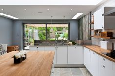 50 Degrees North Architects ground floor rear extension in South West London. Open-plan kitchen diner with large wall mural. Little Kitchen, New Kitchen, Kitchen Cabinets Models, Kitchen Maker, Black Kitchen Island, Open Plan Kitchen Diner, U Shaped Kitchen, Kitchen Trends, Kitchen Designs