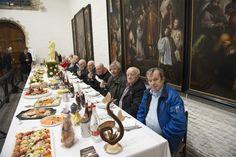 Pelgrimstafel in Antwerpen hoopt op erkenning als Werelderfgoed: Twaalf ouderen gingen op Witte Donderdag traditiegetrouw aan tafel in de kapel van het Sint-Julianusgasthuis in de Antwerpse Hoogstraat.