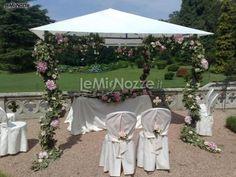 http://www.lemienozze.it/gallerie/foto-fiori-e-allestimenti-matrimonio/img21931.html Allestimento floreale sulle tonalità del lilla per una cerimonia in giardino