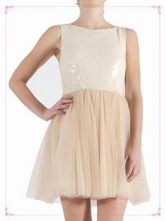 Vestido corto, color rosa pálido con falda amplia de tul y detalles de lentejuela. $1,099