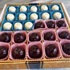 Extra fine beyaz çikolata içi Türk kahveli ve extra fine %76 Ekvator bitter çikolata kahveli krokanlı. Premium quality. Koruyucu yok! El yapımı, artisan, taze, siparişe göre üretim ve  Türkiye'nin her yerine ücretsiz kargo. Kız isteme, söz, nişan, düğün, sevgiliye hediye, kutlama vb için en ideal. Lüks ve Prestijli. 25, 42 veya 52 adet/kutu mümkün. 25 adet/70TL