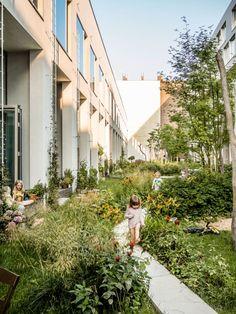 volgens mij is het heel tof om aan het eind van onze tuinen (straatkant) een soort van horizontale paadjes te maken die onze tuinen met elkaar verbinden