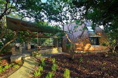 L'équipe de Timothy Oulton a conçu la maison Dôme à Gaoming, en Chine, située au milieu d'un jardin de litchis. Composée de bois massif, la structure a dem