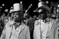 Foto de Walter Firmo. Nelson Cavaquinho e Cartola, Rio de Janeiro, 1963.