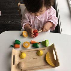 Hoje de manha dei-lhe este jogo que adorou, praticar a cortar legumes - otimo para aprender as cores, nomes de legumes e melhorar a destreza manual