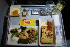 warmes Abendessen Aegean Airlines - traditionelle Moussaka und griechische Horsd'œuvre Platte - Check more at https://www.miles-around.de/trip-reports/business-class/mileage-run-aegean-verteidigung-milesbonus-gold-segmente/,  #AegeanAirlines #MileageRun #MUC #SKG #StarAllianceGold #STR