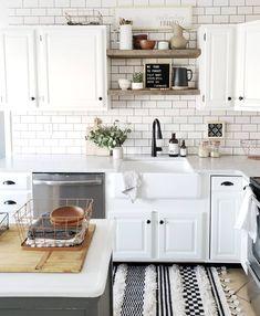 New kitchen decor black and white subway tiles ideas Kitchen Tiles Design, Subway Tile Kitchen, Kitchen Designs, Kitchen Ideas, White Tile Kitchen, White Subway Tiles, Kitchen Backsplash, White Brick Backsplash, Soapstone Kitchen
