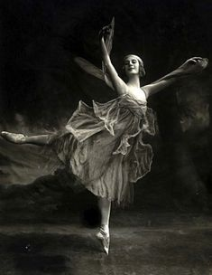 "Anna Pavlova in ""The Dragonfly ballet she choreographed herself in 1914 and premiered it in Anna Pavlova, Ballerine Vintage, Ballet Vintage, Dance Baile, Russian Ballet, Vintage Fairies, Ballet Photos, Robert Mcginnis, Shall We Dance"