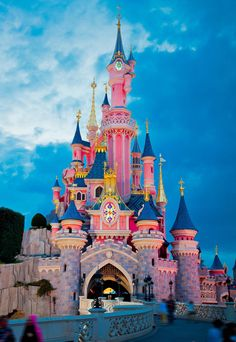 Surely this is the ultimate #magicalmarch image?! Check out the instructions in our bio to see how YOU could win a Disneyland Paris get-away! xx