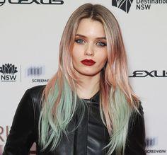 Per un effetto abbastanza delicato: ciocche verdi nella sezione interna della chioma, mixati con riflessi rosa sulla base bionda. #rainbowhair #greenhair #blondehair #hairtrend #hairstyle
