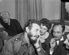 Fidel Castro, con periodistas en Hotel Statler de Nueva York el 22 de abril de 1959 (fuente).