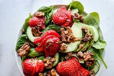 Ai ai ai, så deilig det er med norske jordbær, karamelliserte valnøtter og pepperbalsamico i en og samme salatbolle!