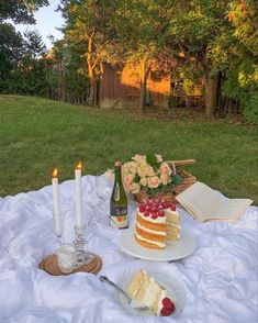 Picnic Date, Summer Picnic, A Picnic, Night Picnic, Picnic Style, Summer Romance, Think Food, Picnic Foods, Tea Party