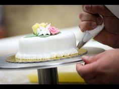 How to make Buttcercream flower cakes - Ranunculus cupcakes - Red roses cupcake Cake Decorating With Fondant, Birthday Cake Decorating, Cake Decorating Supplies, Cake Decorating Techniques, Decorating Tips, Beautiful Cakes, Amazing Cakes, Cupcake Youtube, Cake Writing