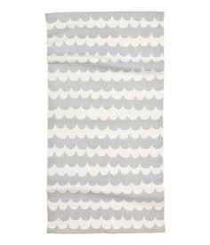 Sieh's dir an! Baumwollteppich mit Musterdruck. Der Teppich hat eine Antirutschbeschichtung auf der Unterseite.  – Unter hm.com gibt's noch viel mehr.