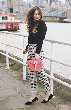 """A pop of red is always fun with black and white."" - 20 Style Tips On How To Wear Gingham Pants Fashion Blogger Style, Work Fashion, Preppy Fashion, Plaid Fashion, Fashion Black, Street Fashion, Looks Vintage, Moda Preppy, Estilo Gamine"