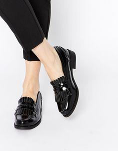 35df7079f Zapatos planos negros estilo mocasín con borlas y flecos de Glamorous #ASOS  Black Patent Loafers