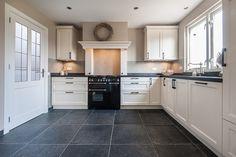 Witte keuken antraciet blad en vloer