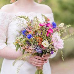 Wie schön kann ein Blumenstrauß bitte sein? Ach ich lieb einfach alle Brautsträuße ob fest gebunden ob locker ob Biedermeier oder Wasserfall ob Wildblumen oder gezüchtete Rosen oder einfach nur Schleierkraut - egal! Der Brautstrauß ist neben dem Kleid so ziemlich das individuellste was die Braut als Person widerspiegelt finde ich. Und das ist einfach nur schön! . . . . . #mkbraut #mkshootingtime #hochzeitsfotograf #hochzeitsfotografie #weddingphotographer #hochzeitsfotografberlin…