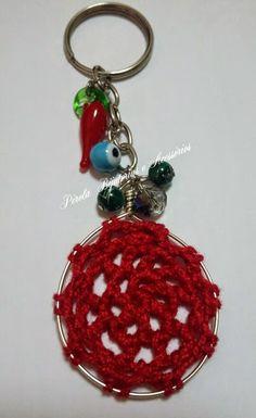 Chaveiro confeccionado utilizando arame revestido com crochê, cristal, pimenta, olho grego e contas verdes de murano.