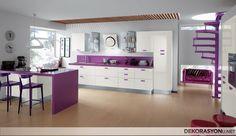 Krem mutfak dolapları üzerine serpiştirilmiş mor renkli detaylar ve içerisinde kullanılan mor masa ve sandalyeleri ile oldukça şirin bir mutfak örneği. Bir adet mutfak kileri,